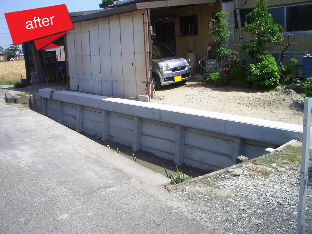 護岸工事 コンクリート杭柵工 完成(既設護岸が水路側へ徐々に傾いており、敷地・車庫等に影響が出る恐れがありました。護岸を儲け敷地・車庫等の安定を図りました。)