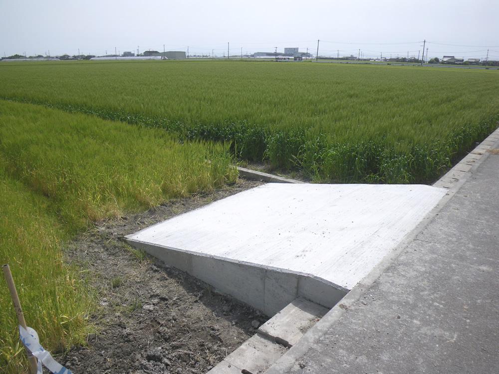 圃場乗入口工事(従来は土で出来た乗入口が多く定期的な手入れが必要でしたが、コンクリート乗入口にすることで手間も省け、車両の出入りも安全に出来るようになります。)
